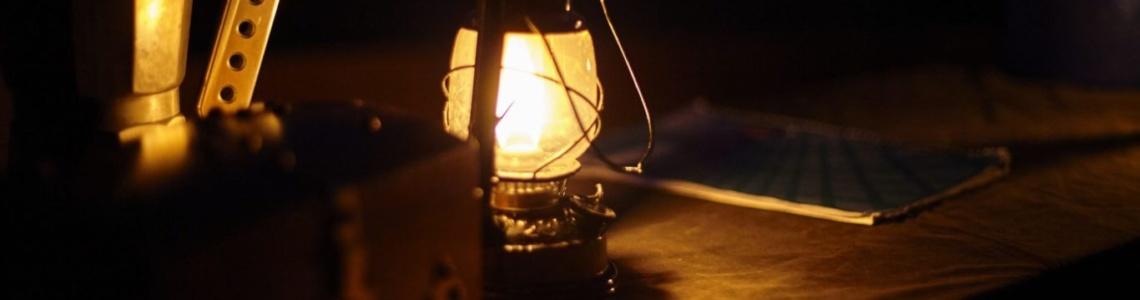 Nachtaufnahme einer leuchtenden Petroleumlampe