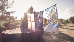 Drei Flaggen an einer gespannten Leine