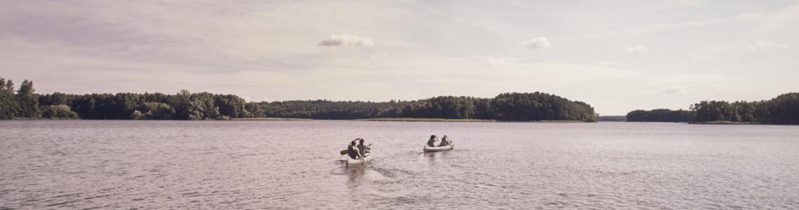 Ausflug mit zwei Kanus auf einem See